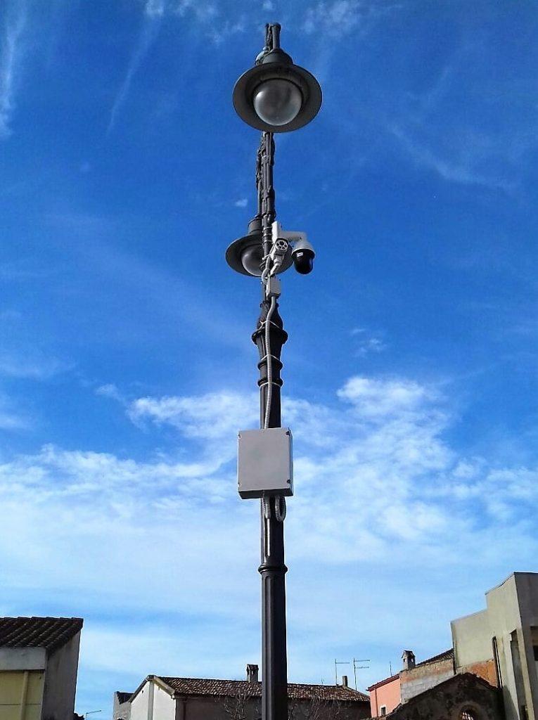 Telecamere per la videosorveglianza montate in un palo